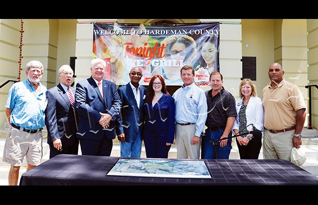 Photo left to right: Industrial Board members Ricky Ayers and Larry Crawford, Hardeman County Mayor Jimmy Sain, State Representative Johnny Shaw, Hardeman County Chamber Director Laura Hall, Royal Oak President and COO Randy Beech, Royal Oak Vice President Paul McAllister, Tennessee Economic Development Regional Director Tracy Exum, and Industrial Board member Mike Miller.